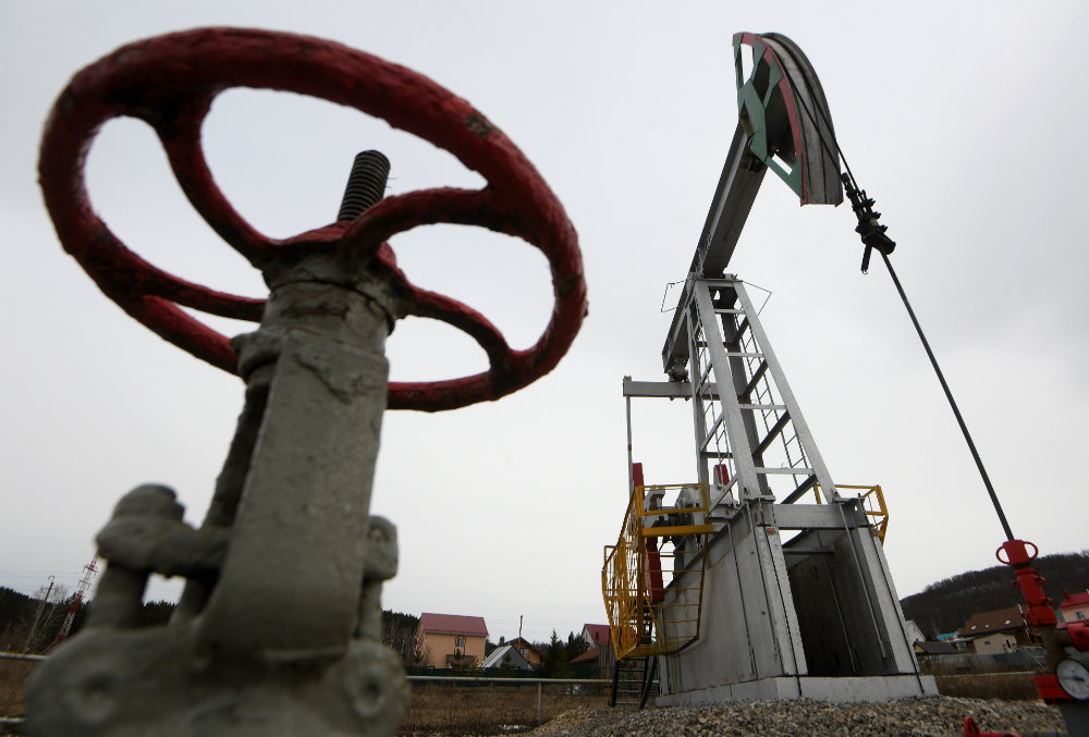 WTI crude oil falls below US$14.50 as stockpiles rise