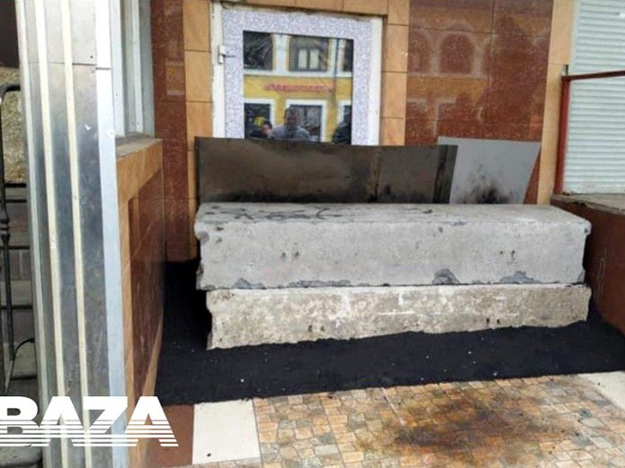 In the center of Moscow filled with asphalt and blocked the entrance to the cafe, which continued to work during the quarantine (PHOTO)