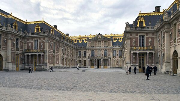 Unknown almost into the Palace of Versailles the media are writing
