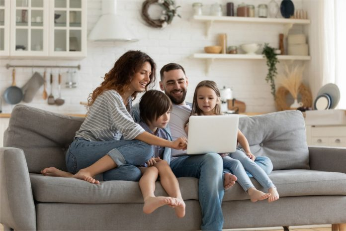 https://cdnimg.rg.ru/img/content/190/15/54/happy-family-with-kids-sit-on-couch-using-laptop-picture-id1215789535_d_850.jpg