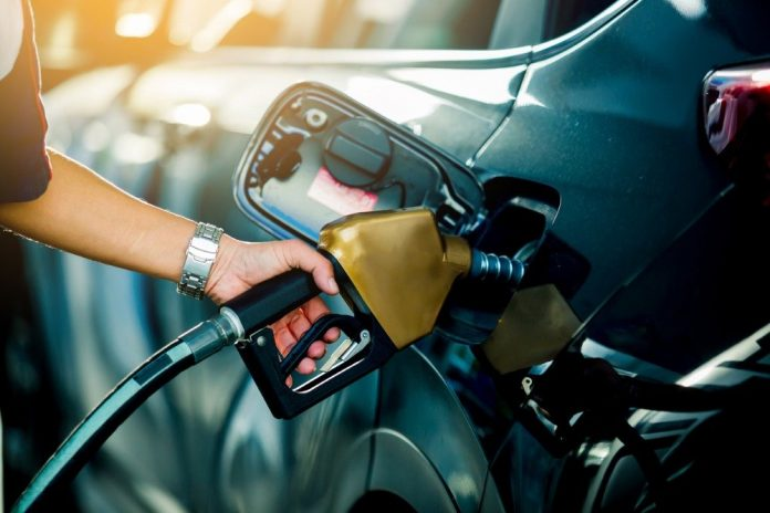https://cdnimg.rg.ru/img/content/191/30/96/hand-refilling-the-car-with-fuel-at-the-refuel-station-picture-id1136053255_d_850.jpg